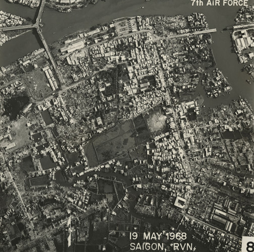 Khu vực Cầu Chữ Y (góc trên bên trái) và Đường Dương Bá Trạc ở quận 8. Cầu Rạch Ông (góc trên bên phải) bị sập trong chiến sự Mậu Thân. Ảnh: Vietnam Center and Archive.