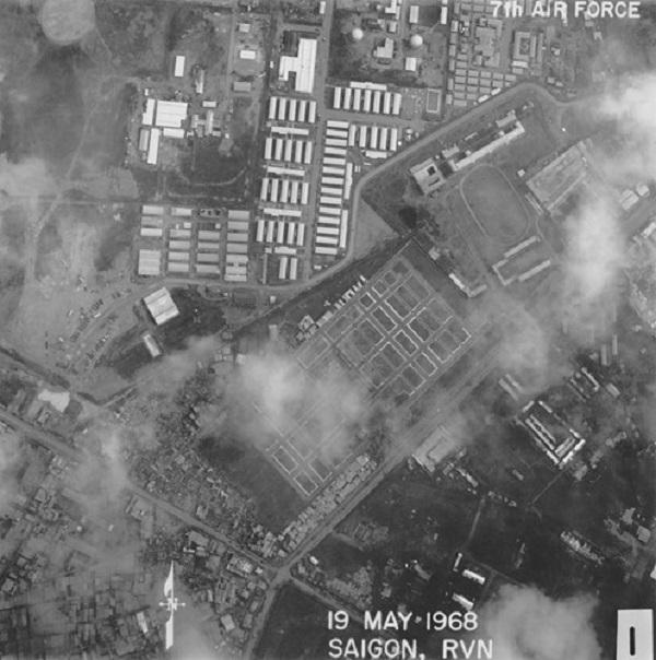 Khu vực Ngã tư Bảy Hiền, Sài Gòn năm 1968. Ở chính giữa bức ảnh là nghĩa trang quân đội Pháp (nay là khu Trung Tâm Triển lãm và Hội chợ Tân Bình) nằm bên đường Võ Tánh (nay là đường Hoàng Văn Thụ). Ảnh: Vietnam Center and Archive.