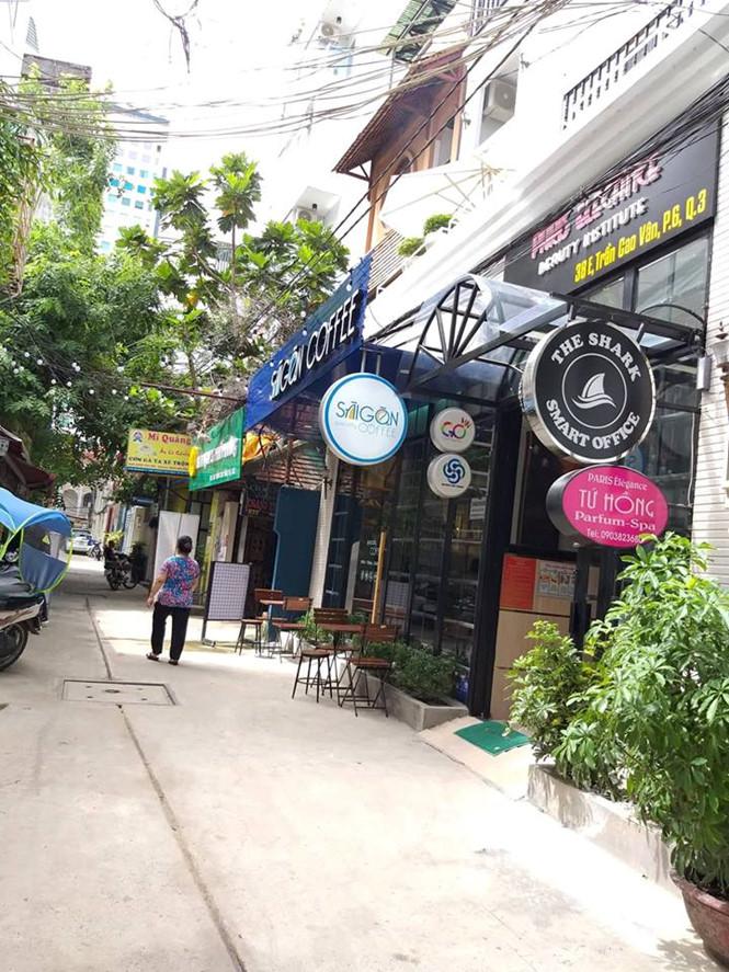 Trong hẻm, có thể tìm được cùng lúc cà phê Sài Gòn, món ăn Hà Nội, cơm gà Quảng Nam THÚY HẰNG