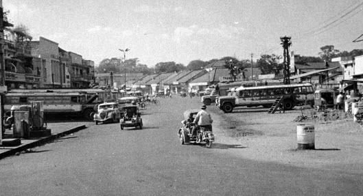 Bến xe đò lớn trên đường Trương Vĩnh Ký (Petrus Ký) năm 1950, gần Ngã sáu Sài Gòn có tượng Phù Đổng thiên vương ( Ảnh Donald F. Harrison Collection – The Vietnam Centerand Archive)