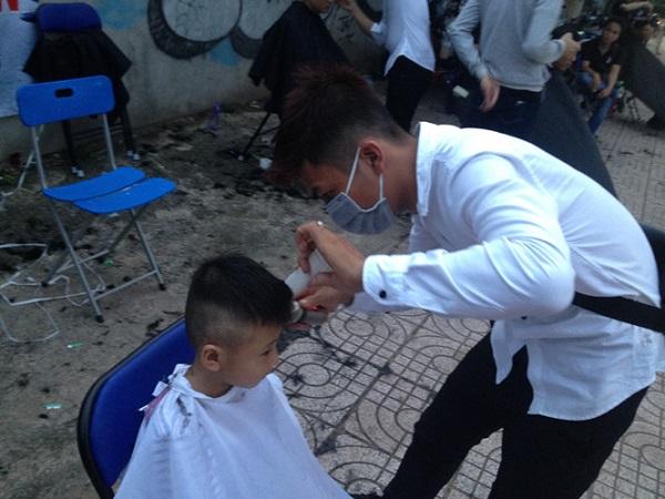Bé Nguyễn Hồ Minh Tiến được mẹ đưa đi cắt tóc miễn phí lần 2 LÊ THANH
