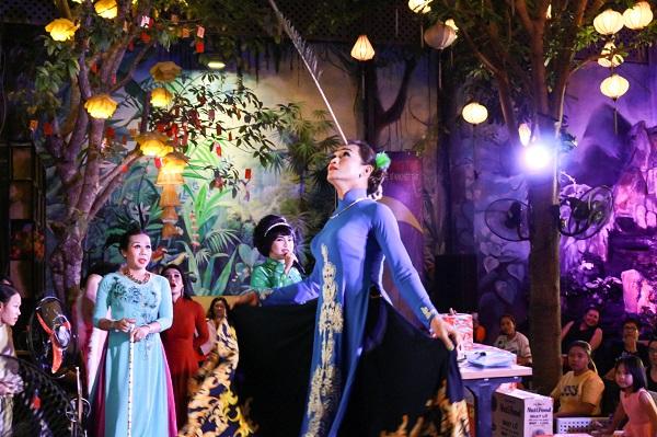 Một màn múa bóng rỗi với sợi lông chim công của một nghệ sĩ khách mời. Ảnh: M.Thuận