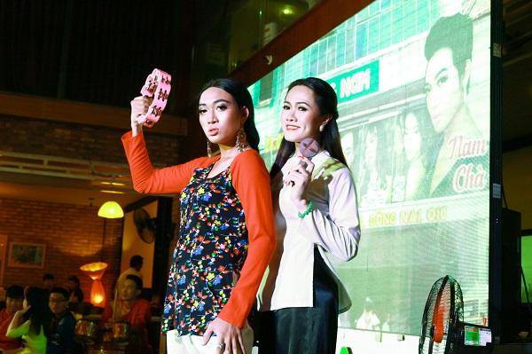 """Quang Thịnh (5 Chà) cùng """"ngọc nữ lô tô"""" Tâm Thảo với bộ gõ trên tay. Ảnh: M.Thuận"""