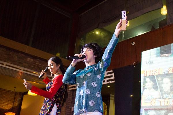 Hai diễn viên Quang Thịnh và Trần Gia Huy (Su Su) dùng thẻ số thay vì trái banh số ở sân khấu Lễ hội Kỳ Yên. Ảnh: M.Thuận