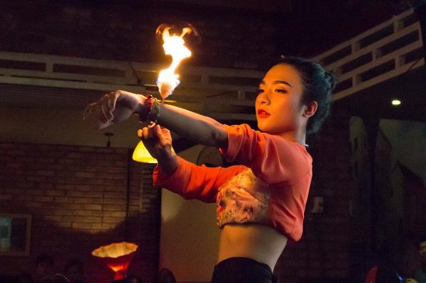 Tiết mục múa lửa của thành viên Đoàn lô tô Hương Nam - trẻ Bội Nhi. Ảnh: M.Thuận