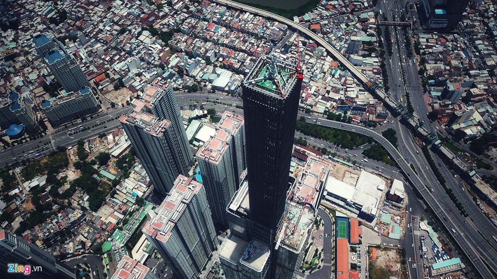 Tòa nhà Landmark 81 nhìn từ độ cao 500 m. Ảnh: Hoàng Hà.