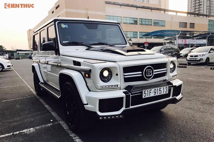 """Mercedes-Benz G63 AMG được các dân chơi xe ví von với cái tên """"ông vua địa hình"""". Xe sở hữu ngoại hình vuông vức, hầm hố là đặc trưng của dòng G-Class. Kích thước của xe bao gồm chiều dài 4.763 mm, chiều rộng 1.855 mm, chiều cao 1.938 mm và chiều dài cơ sở 2.850 mm."""
