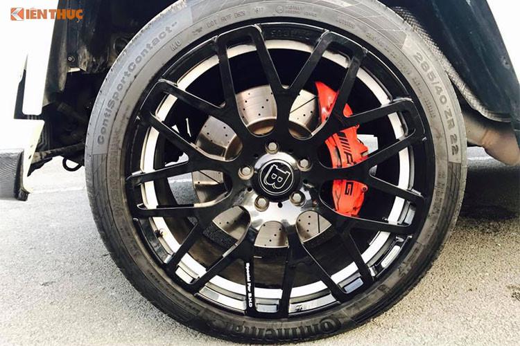 Cả 4 bánh của Mercedes-Benz G63 độ Brabus này đều được trang bị bộ mâm đúc thiết kế đa chấu dạng hợp kim trọng với lượng nhẹ đặc trưng của Brabus với đường kính lên tới 23 inch cùng với logo chữ B đính kèm. Kẹp phanh của xe vẫn mang logo AMG với màu cam khá bắt mắt.