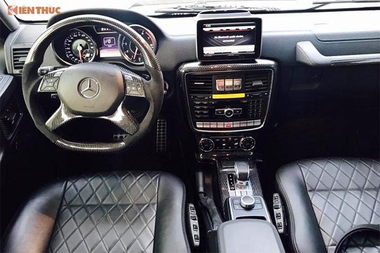 Bên trong xe, hãng độ đến Đức không can thiệp quá nhiều vào không gian nội thất của G63 AMG. Một số chi tiết và tính năng khác biệt của xe so với nguyên bản như dòng chữ Brabus phát sáng ở bậu cửa, nút bấm chuyển đổi chế độ của hệ thống treo Brabus với tính năng off-road...