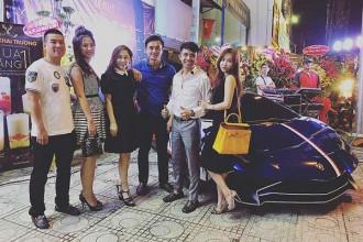 Mới đây, doanh nhân Phạm Trần Nhật Minh hay còn gọi là - đại gia Minh Nhựa đã bị bắt gặp cùng siêu xe Lamborghini Aventador LP750-4 SV tái xuất trên đường phố Sài thành trước khi dừng chân tại một quán trà sữa nằm trên đường Nguyễn Tri Phương, quận 10, TP HCM.