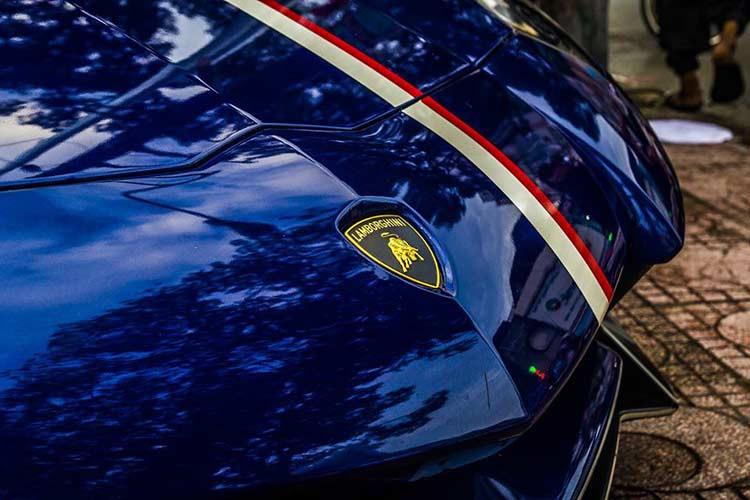 """Lamborghini Aventador LP750-4 SV của Minh """"Nhựa"""" chỉ có đúng 600 chiếc được sản xuất trên toàn thế giới, đây là siêu xe Lamborghini hàng hiếm thứ 2 doanh nhân 8X này sở hữu. So với phiên bản tiêu chuẩn, Lamborghini Aventador LP750-4 SV có các hốc gió trước thiết kế lại nhằm đảm bảo tính khí động học cho xe."""