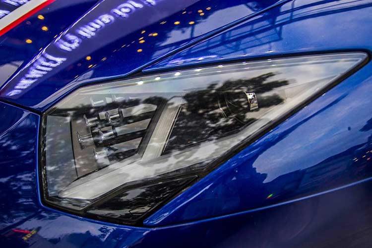 Bên hông xe được trang bị thêm cánh lướt gió mới. Đuôi xe có sự thay đổi ở bộ khuếch tán, lưới tản nhiệt, ống xả và đáng kể nhất là cánh lướt gió cố định cỡ lớn bằng sợi carbon. So với Aventador thường, phiên bản SV mạnh hơn 50 PS, nhẹ hơn 50 kg. Thân xe cũng đạt hiệu quả khí động học lớn hơn 150% và lực ép thân xe xuống mặt đường hơn 170%.