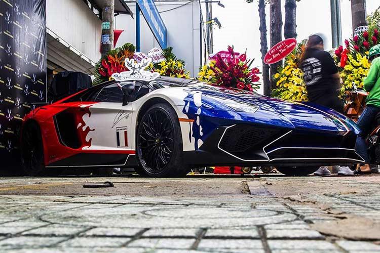 Chiếc siêu xe Lamborghini Aventador LP750-4 SV tại Việt Nam này không chỉ nổi tiếng bởi độ hiếm có, đắt đỏ mà còn gắn liền với chủ nhân Minh Nhựa, một người có tiếng trong giới chơi xe tại dải đất hình chữ S. Được biết, giá trị sau thuế của siêu xe này ước tính khoảng 35 tỷ đồng.
