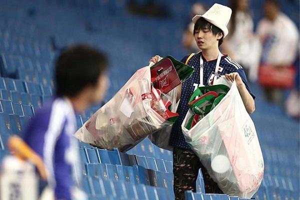 Kể cả trong trận đội nhà thua, CĐV Nhật vẫn ở lại nhặt rác trên khán đài.