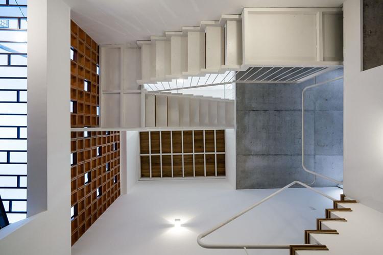Thiết kế cầu thang độc đáo nhìn từ trên xuống. Ảnh: Quang Trần.