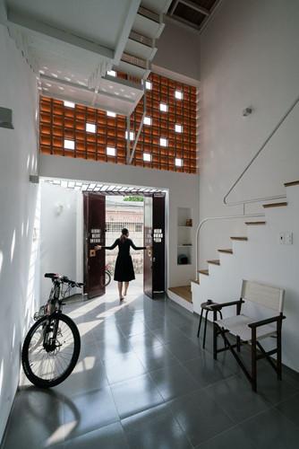 Được thiết kế theo mong muốn của chủ nhà về một ngôi nhà thông thoáng, các kiến trúc sư đã thiết kế một khu vực mở - cả theo chiều ngang và chiều dọc - để tận dụng tối đa ánh sáng tự nhiên và gió cần thiết giữa môi trường đô thị đông đúc.