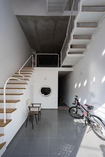 Các trục cầu thang được phân bố linh hoạt để kết nối với các không gian khác nhau.