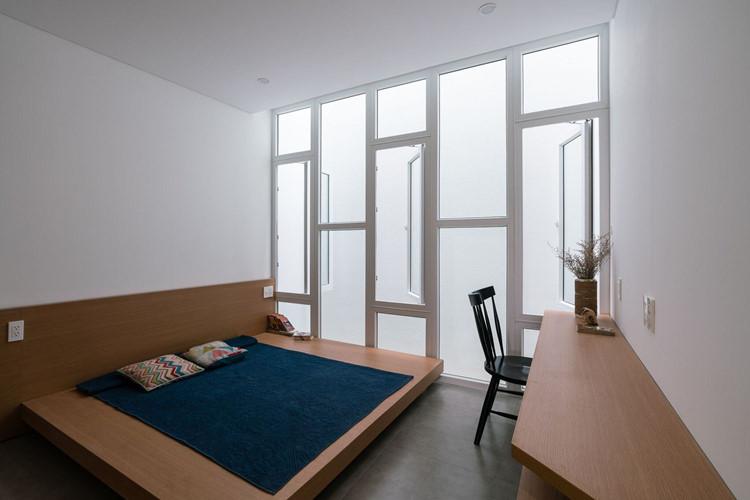 Phòng ngủ tối giản và rất riêng tư.