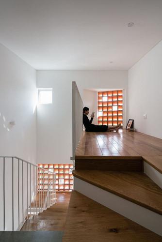Sàn gỗ, tường được sơn màu trắng tinh khôi kết hợp những ô cửa được đục lỗ giúp ngôi nhà trở nên thông thoáng, sáng sủa.