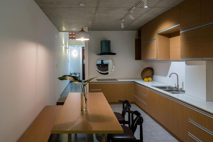 Phòng bếp nhỏ nhưng vẫn tiện nghi, bảo đảm thoát mùi tốt.