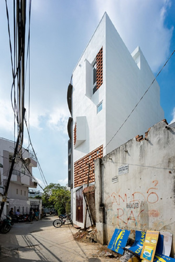 Nhìn từ bên ngoài, căn nhà được sơn màu trắng và không có gì nổi bật so với những ngôi nhà xung quanh, thậm chí có phần hơi xấu xí vì hình dáng góc cạnh, méo mó.