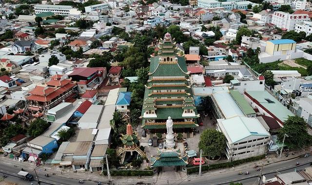 Chùa Vạn Đức nằm trên đường Tô Ngọc Vân, quận Thủ Đức, TPHCM được xây dựng từ năm 1954.