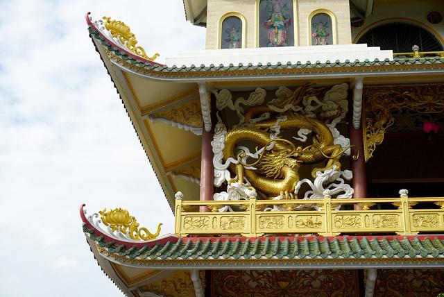 Bên ngoài, mỗi góc chánh điện lại được bài trí các tượng Phật, Quan thế âm, thần Hộ Pháp, rồng... Hình ảnh hoa sen cách điệu được trang trí ở rất nhiều nơi trong chùa.