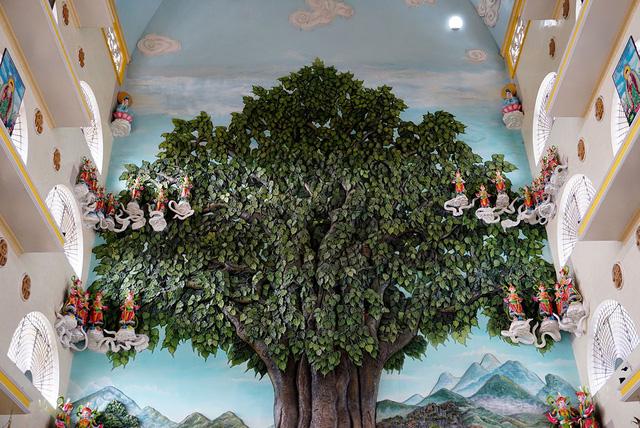 """Trung tâm nội điện còn có bức phù điêu nổi hình cây bồ đề và phong cảnh sông Ni Liên Thiền. Bức tranh được Trung tâm sách kỷ lục Việt Nam xác lập """"Bức phù điêu cây bồ đề nổi lớn nhất nước""""."""