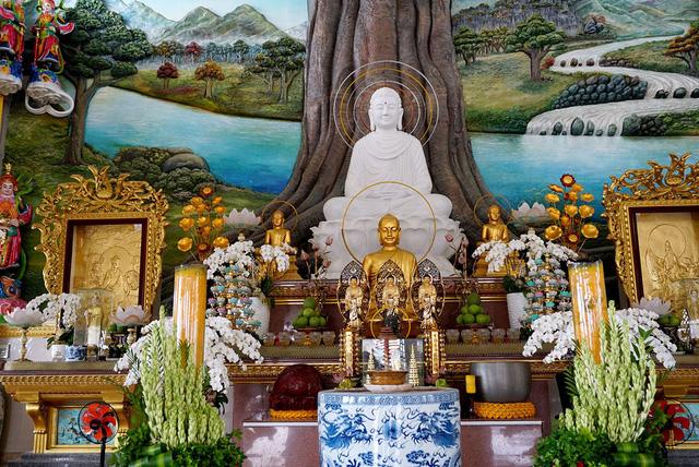 Nội điện tôn trí tượng Phật Thích Ca và Tam thế Phật.