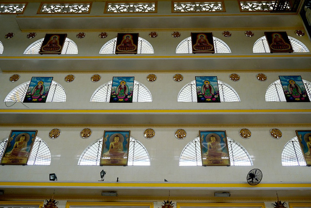 """Xung quanh nội điện có nhiều ô cửa sổ trông như những đám mây trắng, mỗi ô lại treo một bức tranh đức Phật. Cạnh cửa sổ là những ô cửa thông gió có hình chữ """"Phật""""."""