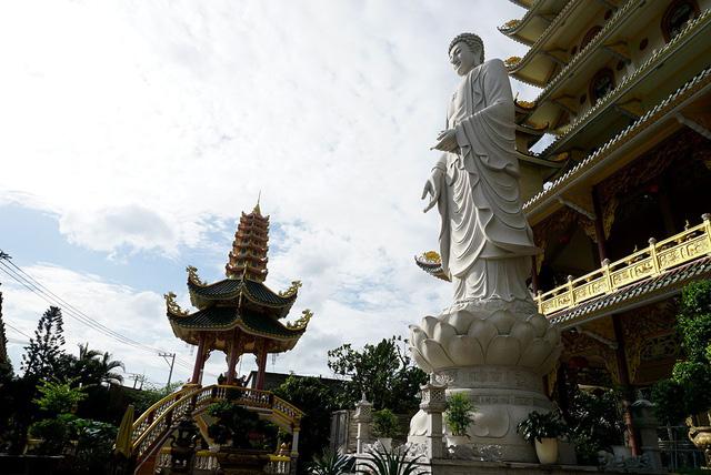 Cuối năm 2017, chùa xây dựng thêm bức tượng Phật cao khoảng 15m làm bằng đá nguyên khối đặt trước chánh điện.