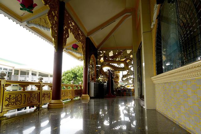 Dọc lối đi hành lang, cầu thang đều được làm bằng thép trắng, xi măng và đá granite.