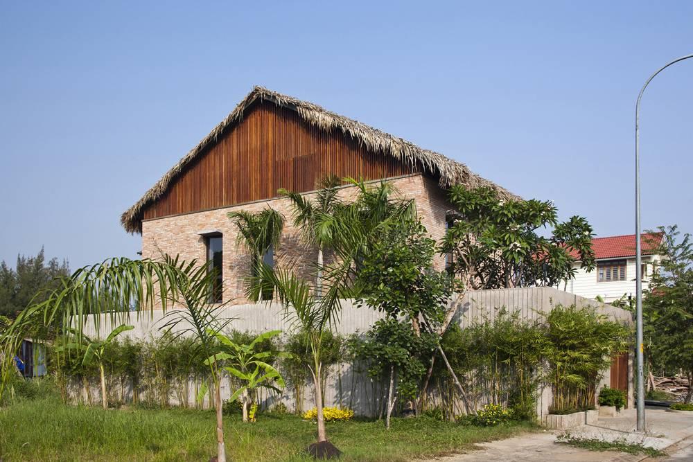 Căn nhà trông khá kín với bức tường cao che chắn ở xung quanh