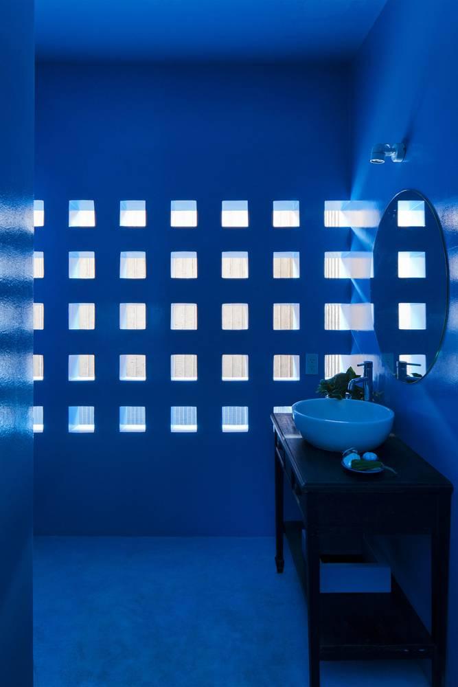 Những ô thoáng quen thuộc cũng có thể tìm thấy ở khu công trình phụ ở tầng 1, giúp phản chiếu sắc xanh của bể bơi bên ngoài