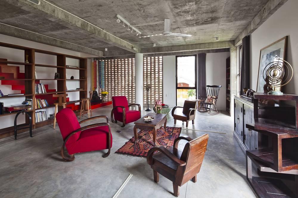 Dù nội thất tiện nghi sang trọng nhưng xung quanh ngôi nhà vẫn giữ nét đơn sơ truyền thống khi tường được làm bằng gạch cũ, sàn, trần bê tông đều không sơn màu bóng loáng.