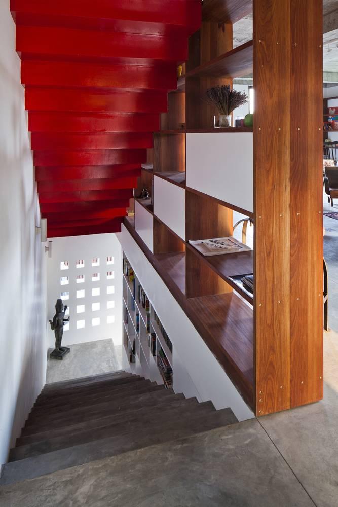 Cầu thang dẫn lên tầng trên. Phòng khách được đặt ở tầng 2, ngay trên gian bếp.