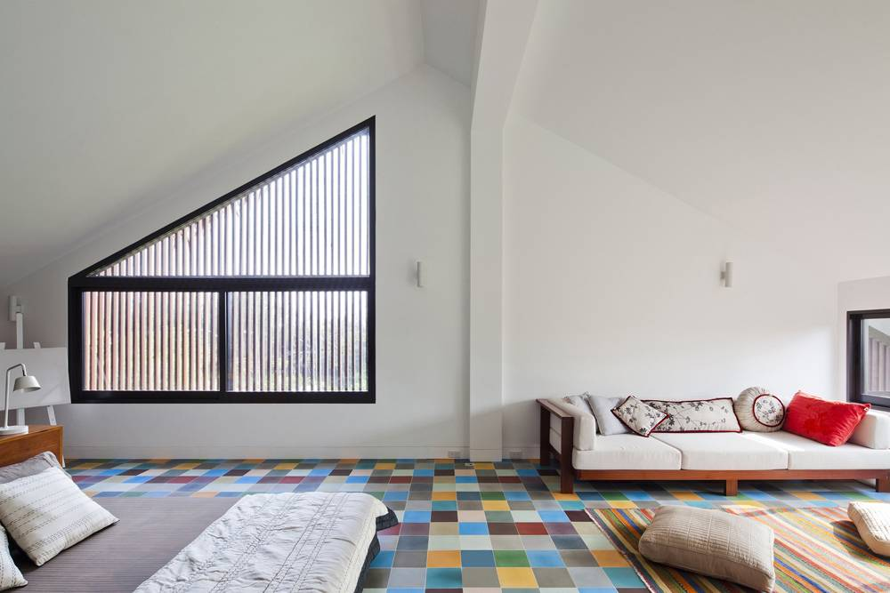 Toàn bộ nơi này là phòng ngủ lớn. Gạch lát màu sắc tạo sự khác biệt hoàn toàn với không gian bên dưới.