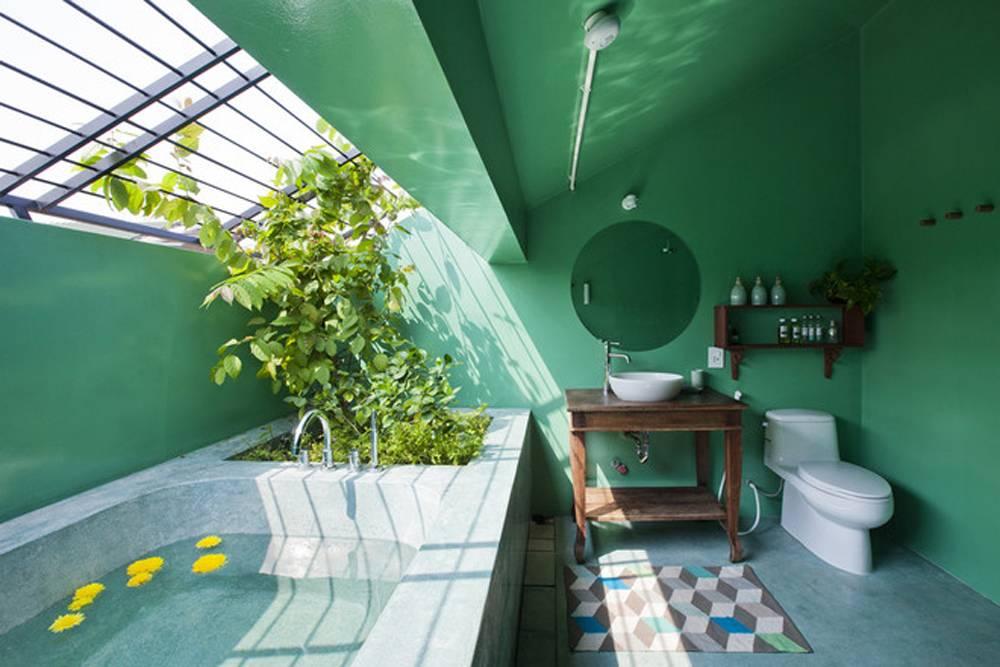 Bồn tắm ở tầng gác mái sở hữu một khoảng trời riêng, chính là góc thư giãn lý tưởng cho hai vợ chồng trẻ