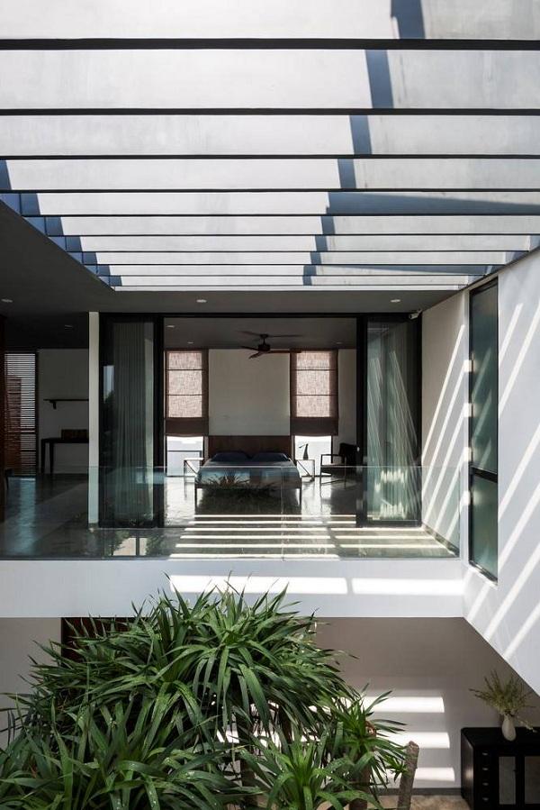 Giếng trời rộng và cao giúp cho luồng không khí bên trong nhà dễ dàng lưu thông, trở thành trung tâm kết nối các khu vực sinh hoạt.