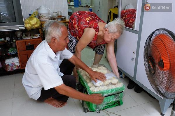 Vợ chồng ông Quang bán bánh thuẫn ở Sài Gòn.