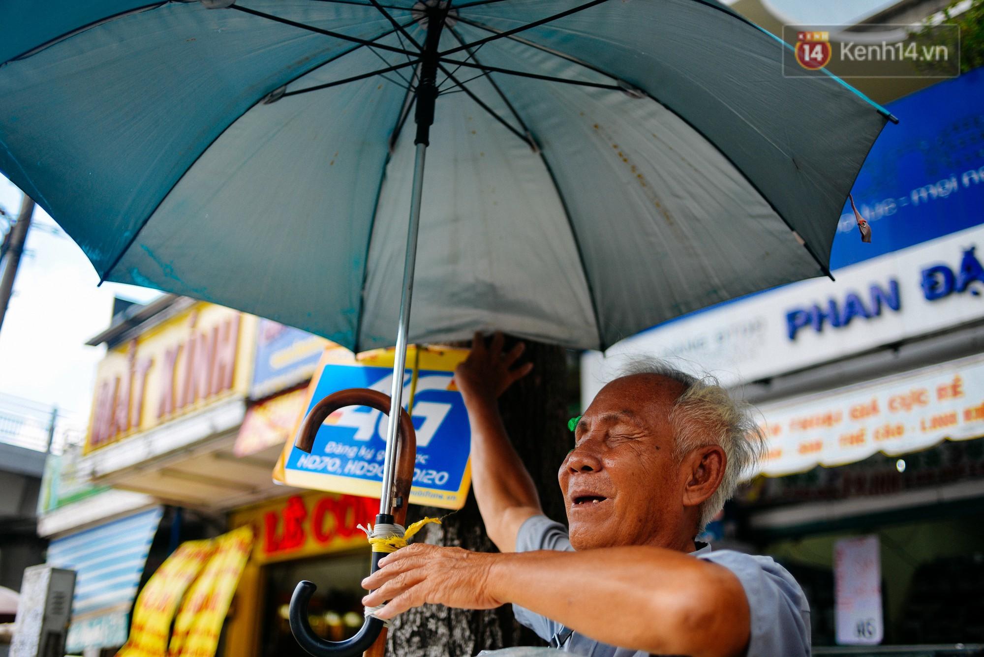 Mắt không nhìn thấy nên ông Quang đặt hoàn toàn niềm tin vào sự thật thà của khách mua bánh.