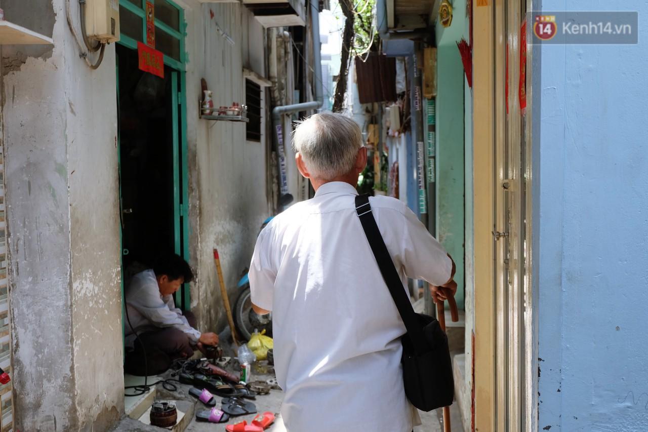 Mấy chục năm qua, ông cứ vậy đầu trần đi qua từng ngõ hẻm Sài Gòn để nuôi sống gia đình.