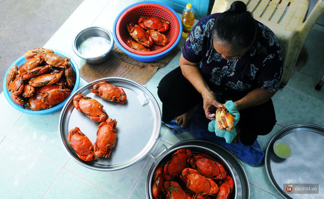 Việc vệ sinh trong khâu chế biến cũng được dì rất chú trọng nên món cua thấy ngon hơn.