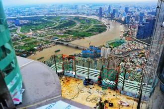 Landmark 81 được xây dựng ngay tại trung tâm khu đô thị Vinhomes Central Park, quận Bình Thạnh, TP.HCM. Tòa nhà đang trong quá trình hoàn thiện những công đoạn cuối cùng để vận hành vào đầu năm 2019. Từ tầng 81 của tòa nhà có độ cao 400 m, phóng tầm mắt về hướng đông - nam có thể ngắm trọn trung tâm thành phố, sông Sài Gòn, Khu đô thị Thủ Thiêm.