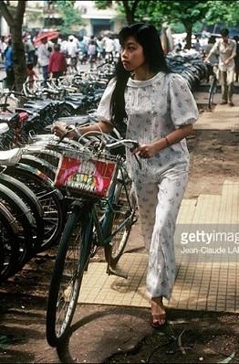 Bãi gửi xe đạp trên vỉa hè