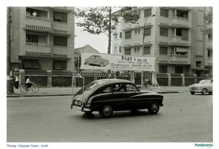 Một chiếc Fiat trưng băng-rôn quảng cáo độc đáo cho dòng xe của mình ở Sài Gòn năm 1955.