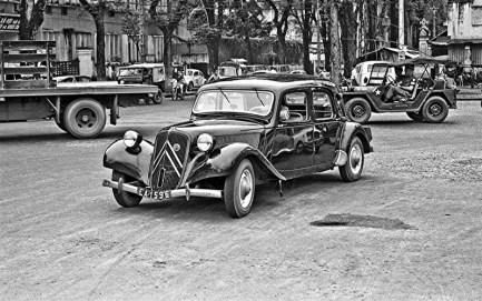 Một chiếc Citroen bóng lộn đến mức có thể… soi gương trên đường phố Sài Gòn cuối năm 1968.