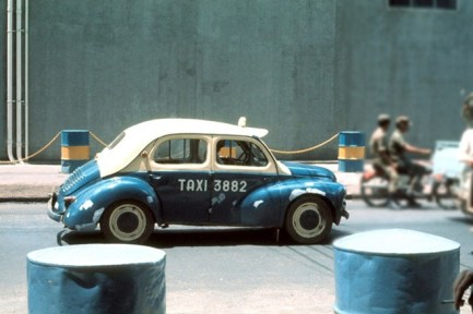 """Renault 4CV, taxi """"con cóc"""" trứ danh Sài Gòn trước 1975."""