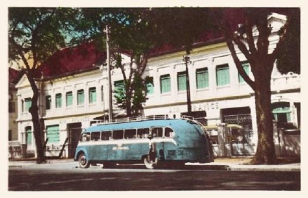 Xe khách dịch vụ của hãng hàng không Air France ở Sài Gòn thời thuộc địa.