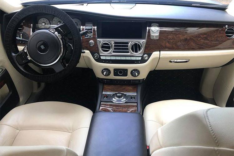 """So với Phantom (dài khoảng 5.834 mm), chiếc xe sang Rolls-Royce Ghost cũ phiên bản sản xuất 2010 này được thiết kế nhỏ gọn hơn với """"số đo"""" khiêm tốn: 5.399 mm dài, 1.948 mm rộng và 1.550 mm cao. Khoảng cách giữa hai cầu xe của Ghost đạt 3.295 mm, tạo ra không gian rộng rãi bên trong cho 5 người trưởng thành ngồi thoải mái."""